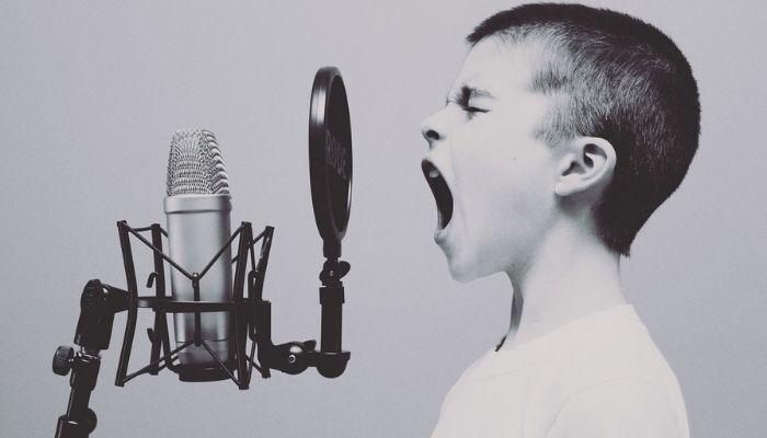 歌っている男の子