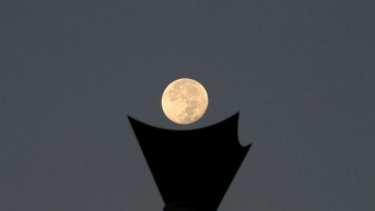 聖火に見立てた月