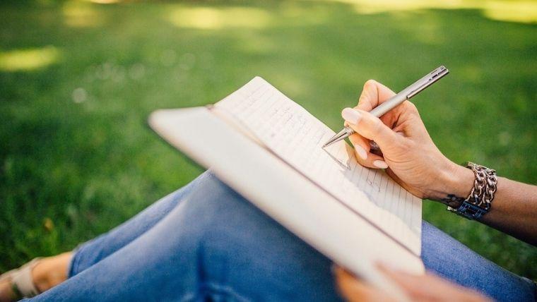 女性がノートを書く姿