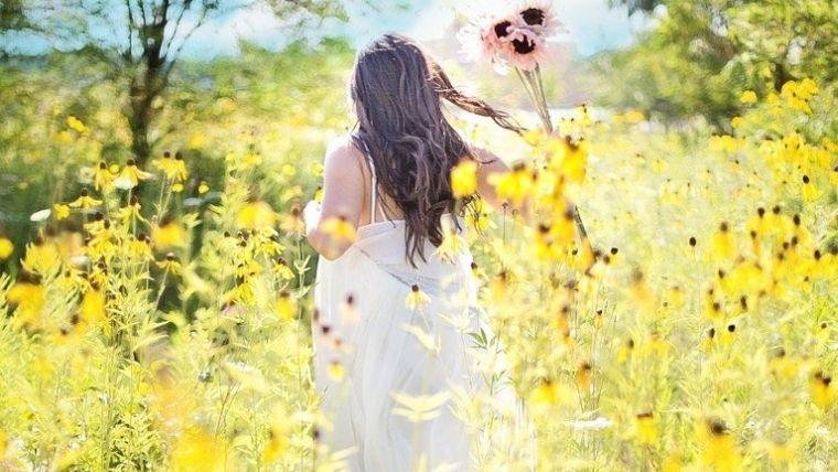 花の中の後ろ姿の女性