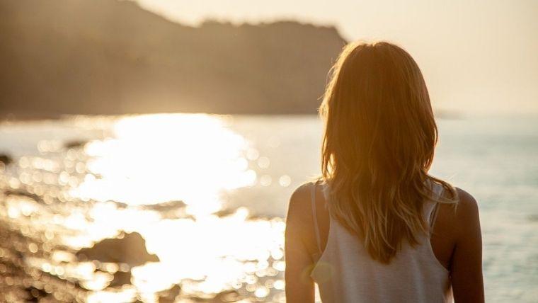 海を見ている女性