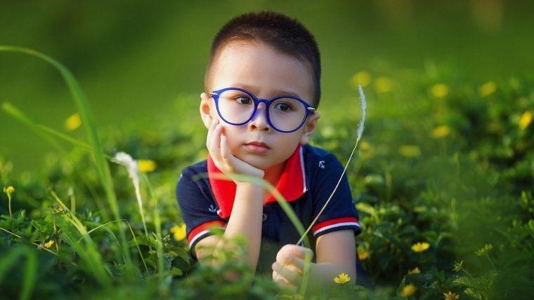 眼鏡を掛けてる男の子