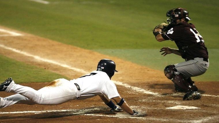 野球でホームにスライディング