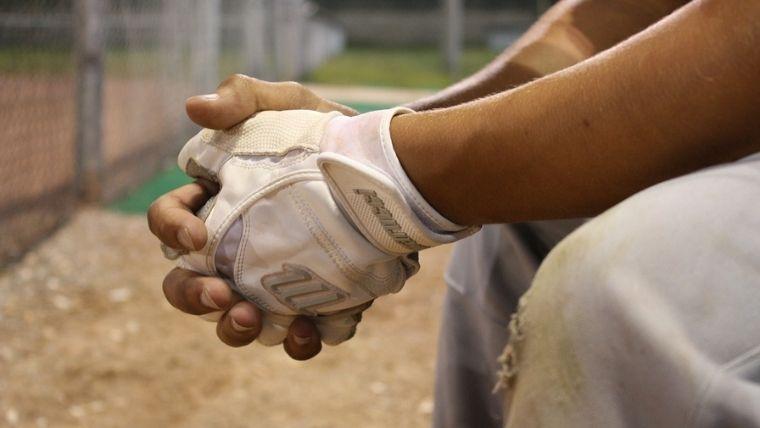 野球の手袋をしている手