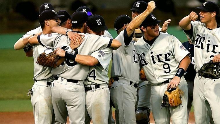 勝利を分かち合う野球選手たち